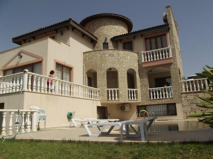 Kuşadası'da Deniz Manzaralı 5 Yatak Odalı Lüks Villa